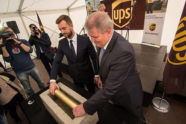UPS wmurowuje kamień węgielny