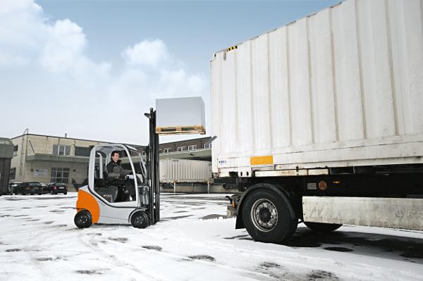 Pracownicy i infrastruktura magazynowa zimą
