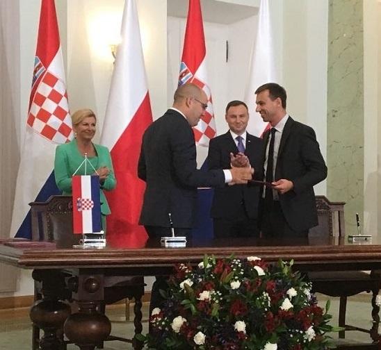 Umowa z prezydencką asystą