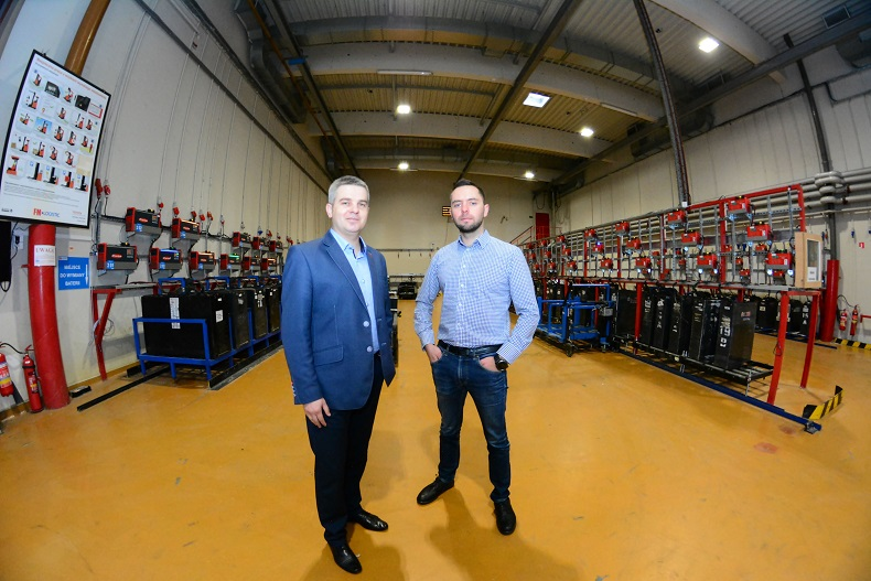 Od lewej_Mariusz Gajek, dyrektor techniczny CE - FM Logistic i Mateusz Kaleja, doradca specjalistyczny - Fronius