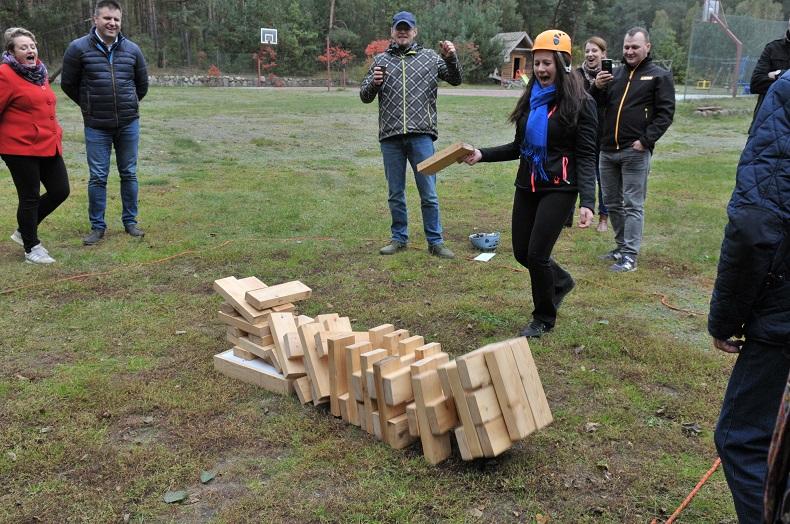 Na pikniku przekładanie drewnianych klocków - koniec zabawy