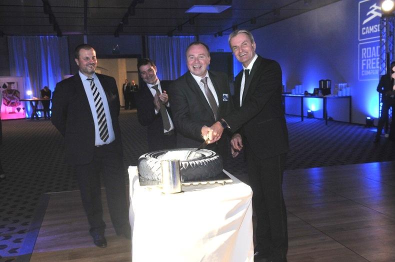 Dzielą tort od lewej Krzysztof Polesiak i Pierre Marcuillere