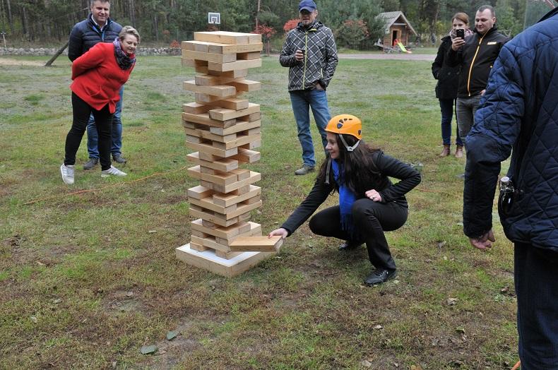 Na pikniku przekładanie drewnianych klocków