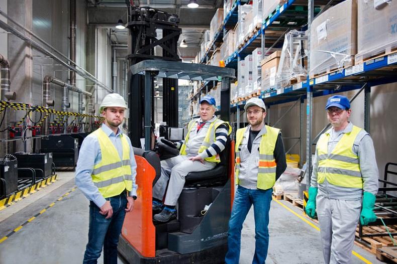 Mateusz Kaleja (po lewej), ekspert z firmy Fronius, Rafał Barcikowski (pośrodku z przodu), Lider procesów magazynowych w firmie Vestel oraz pracownicy firmy Vestel cieszą się z nawiązanej współpracy