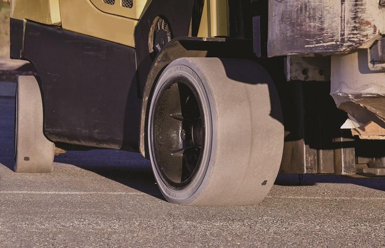 Pierwsza niebrudzącą antystatyczna opaska do wózków widłowych