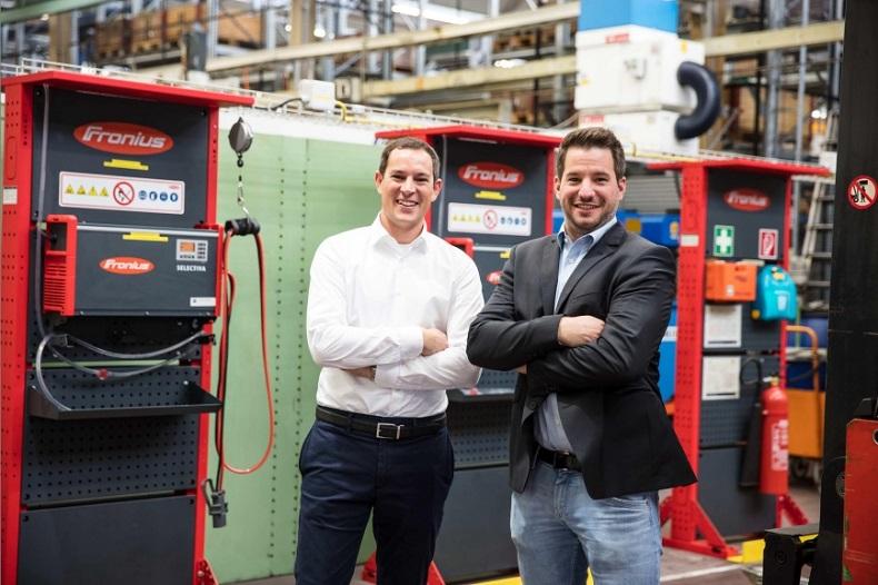 Oliver Ritter (z lewej), dyrektor działu logistyki w Reishauer AG i Reto Baumgartner, doradca sprzedaży systemów ładowania akumulatorów w Fronius Szwajcaria