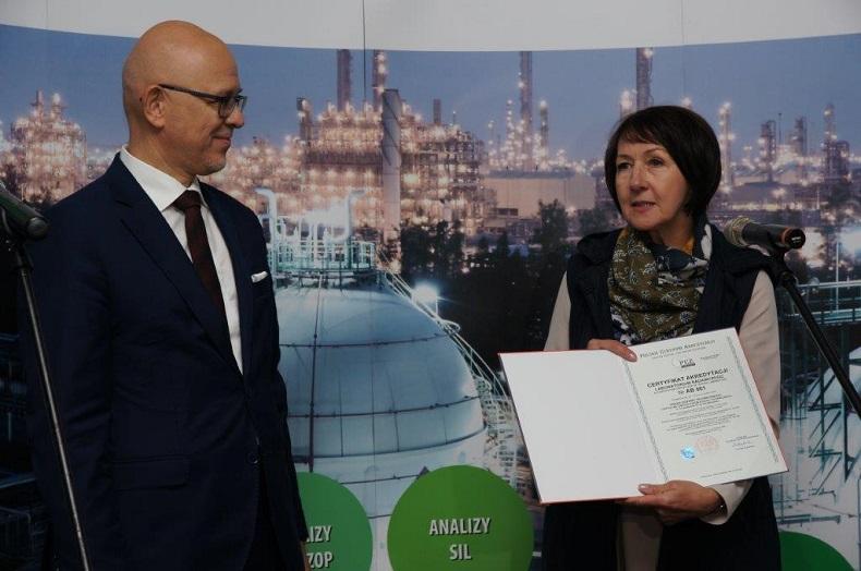 Prezes UDT – Andrzej Ziółkowski otrzymał z rąk Dyrektor PCA– Lucyny Olborskiej certyfikat akredytacji laboratorium badawczego