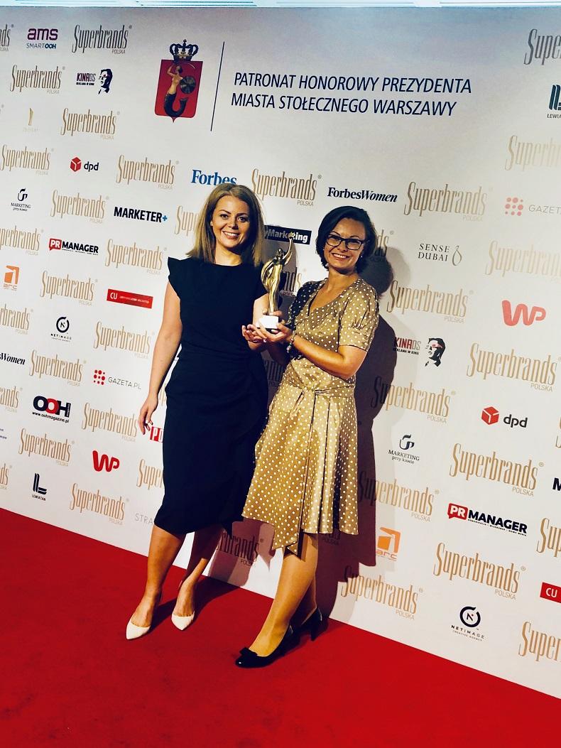 Marta Oknińska, Marketing Manager CVT, oraz Ewa Zawadzka, Digital Marketing Manager w Continental Opony Polska, z nagrodą Superbrands 2020