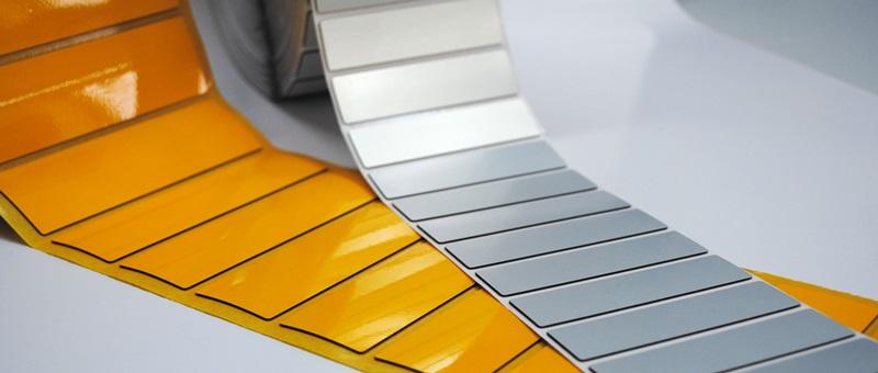 Czy warto produkować etykiety piankowe na zlecenie?