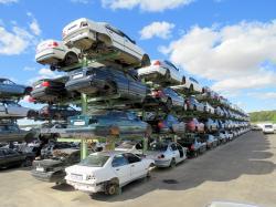 Regały na placu składowym recyklingu pojazdów